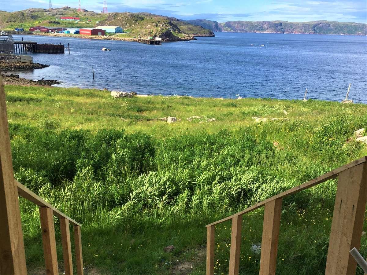 Домики отеля в Териберке расположены прямо у моря